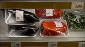 Verduras envasadas individualmente en un supermercado de Barcelona.