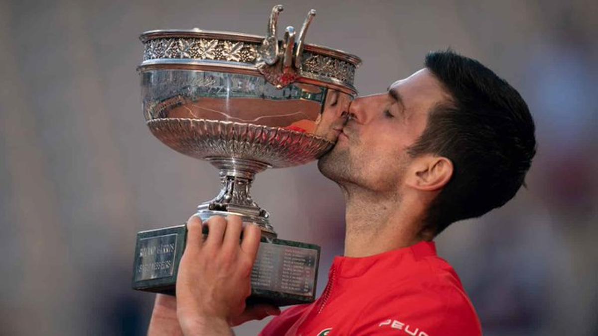 Djokovic besa la copa de Roland Garros.