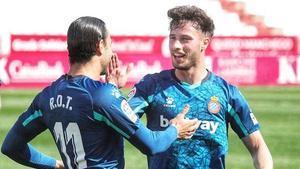 Raúl de Tomás celebra su primer gol con Puado.