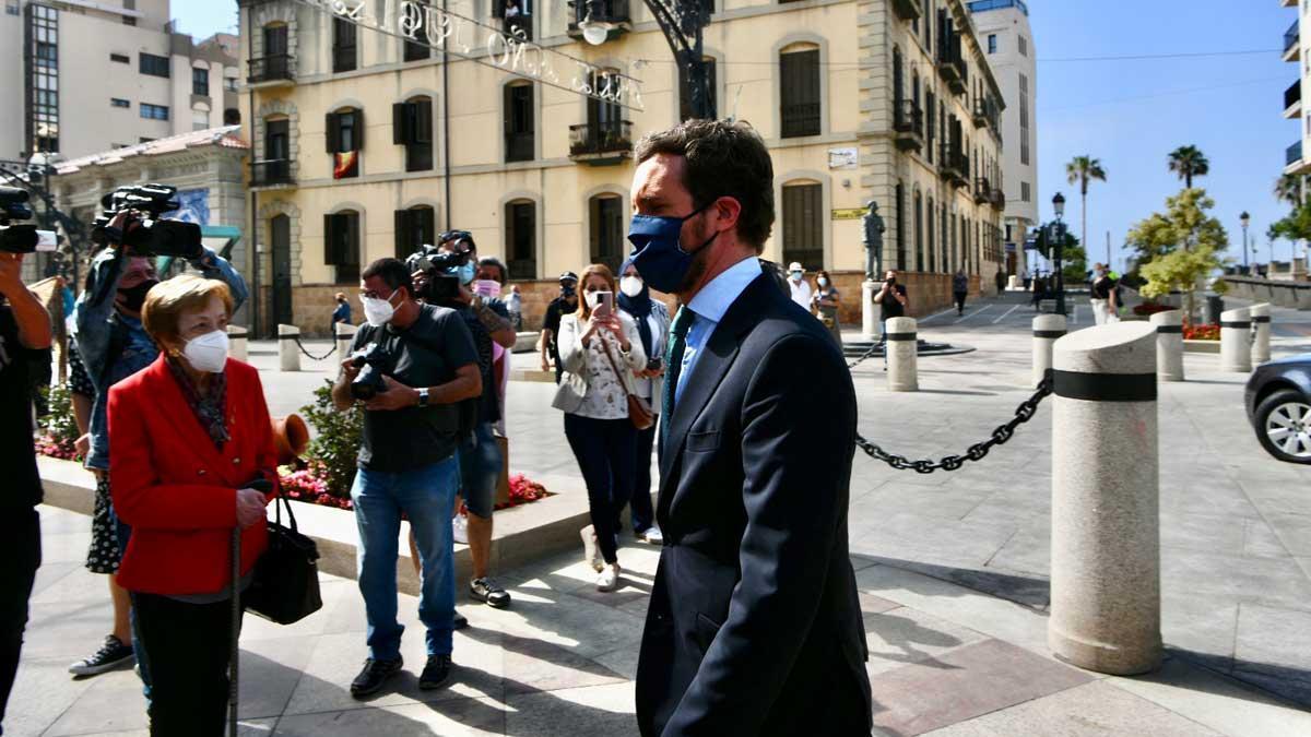 Abucheos a la prensa por preguntar a Casado sobre la imputación de Cospedal.