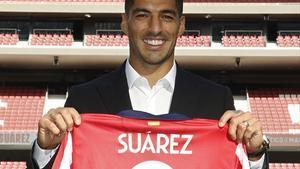 Suárez posa con el nueve del Atlético en el Metropolitano.