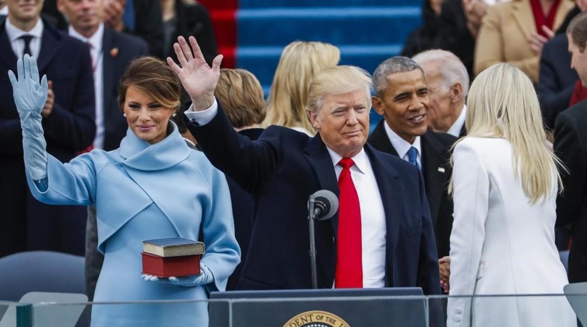 Trump saludaa los asistentes tras jurar como presidente.