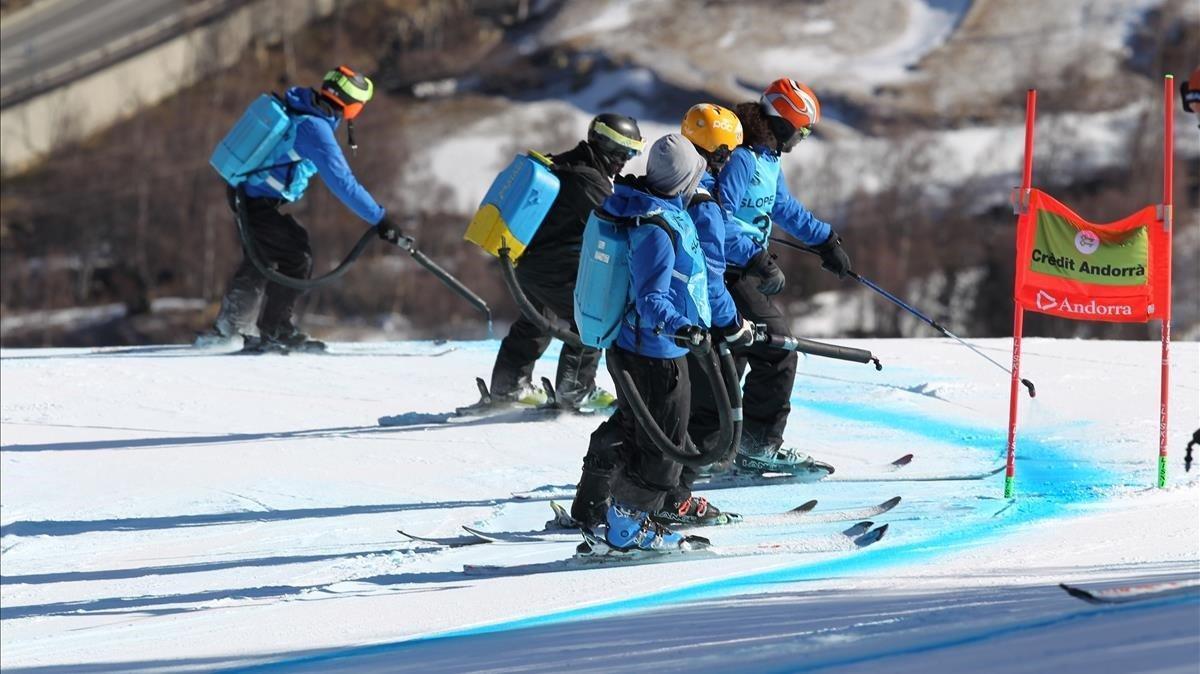 Un grupo de 'pistards' pintan la pista L'Àliga de supergigante.