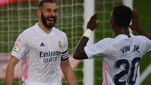 Los madridistas Benzema (i) y Vinicius celebran el gol de la sentencia ante el Eibar.