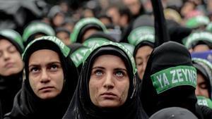 Mujeres turcas de confesión chií en una procesión en Estambul.