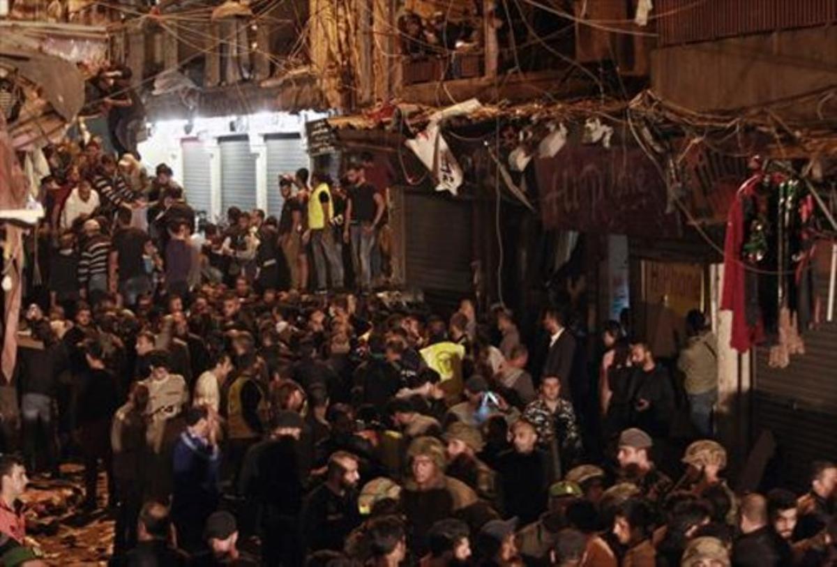 Ciudadanos libaneses y miembros del Ejército se congregaron cerca del lugar del atentado del Daesh en Beirut el 12 de noviembre.
