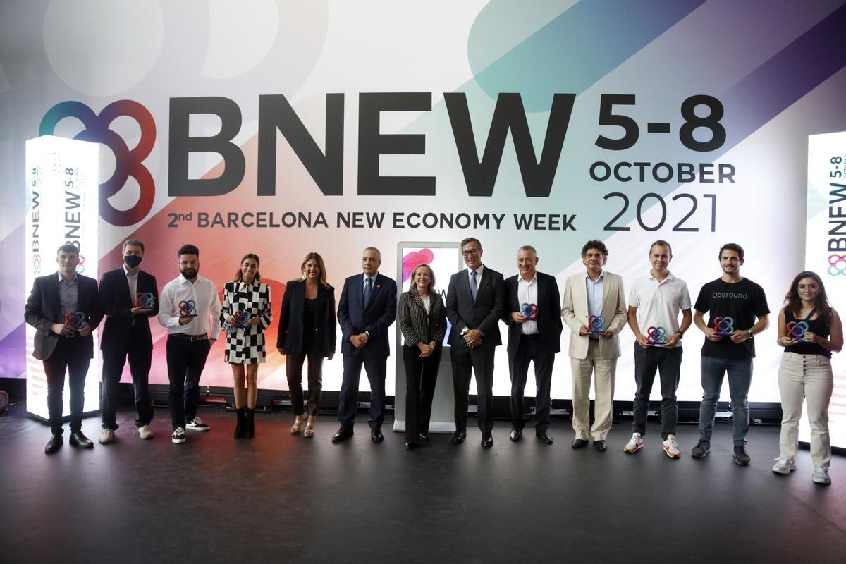 La vicepresidenta primera del Gobierno, Nadia Calviño, junto a los representantes de las 'start-ups' premiadas en BNEW.