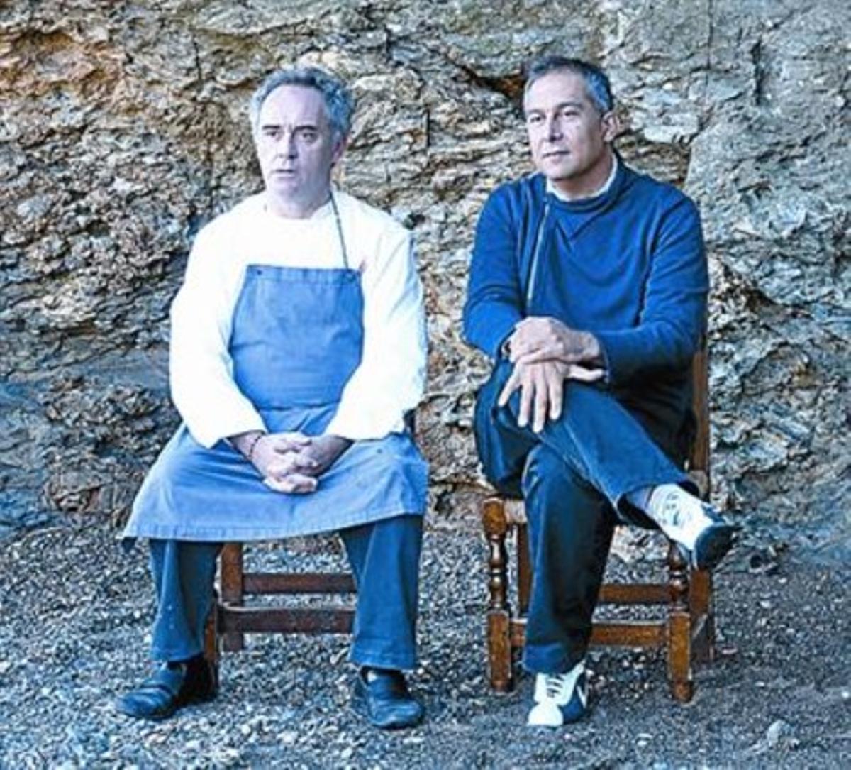 Imagen de El Bulli tomada desde la orilla de Cala Montjoi. A la derecha, Ferran Adrià y el arquitecto Enric Ruiz Geli.