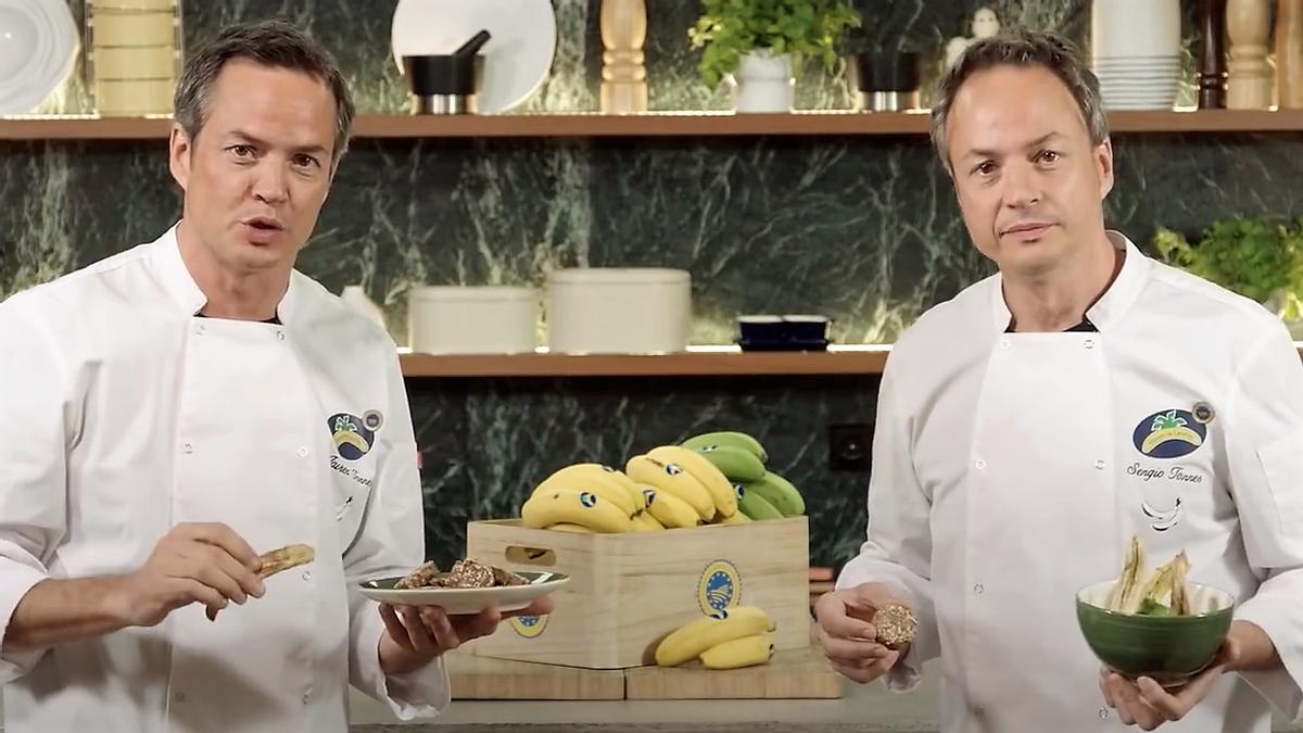Los hermanos Sergio y Javier Torres, con plátanos de Canarias con los que han hecho cuatro vídeo recetas.