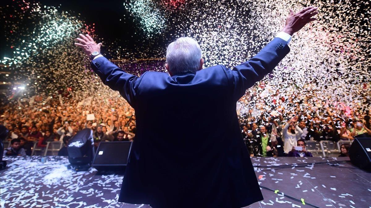 Andres Manuel López Obrador celebra su victoria en la ciudad de México.