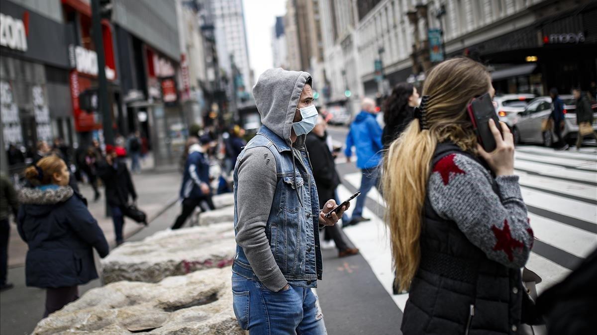 Un peatón con mascarilla en las calles de Nueva York