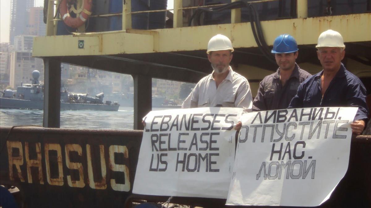 El capitán del Rhosus,Boris Prokoshev, y dos miembros de la tripulación en una foto del verano del 2014 mientras permanecían retenidos en el puerto de Beirut y pedían ser puestosen libertad.