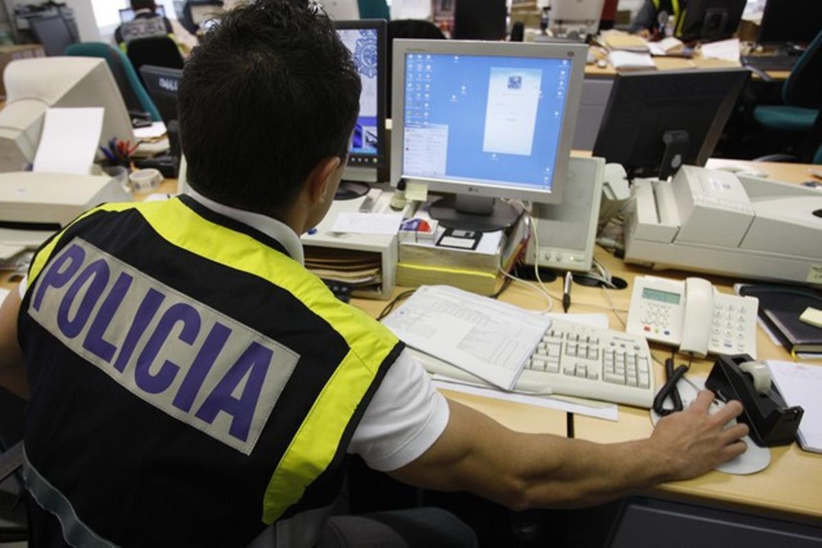 Un agente rastrea internet en busca de delincuentes que trafican conmaterial pedófilo.