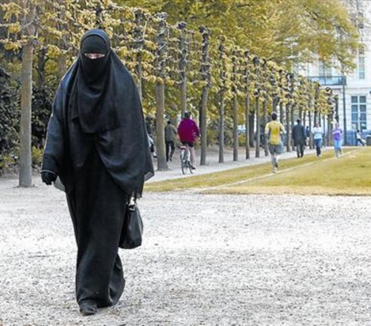 Una mujer francesa de 22 años conversa al islam y residente en Bruselas pasea con burka.