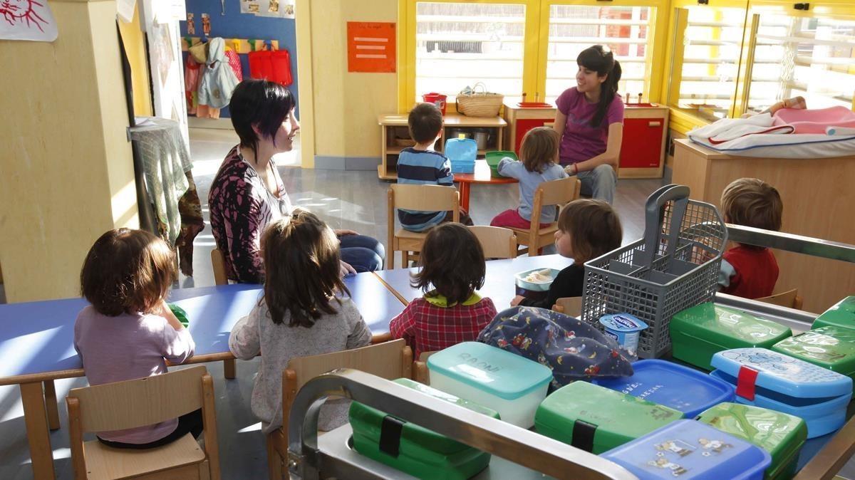 Niños merendando en una guardería.
