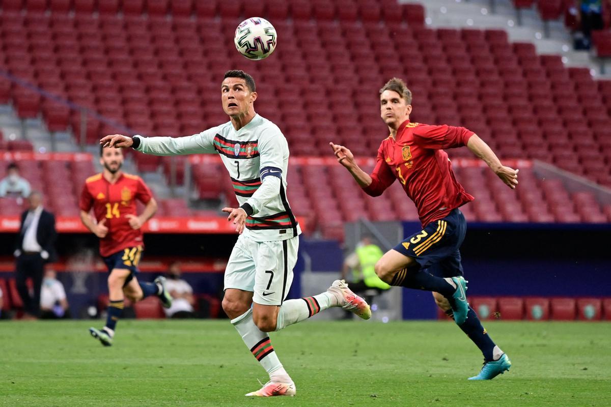 El internacional español Diego Llorente (d) en el amistoso ante Portugal.