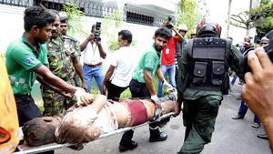 Un equipo de emergencia traslada en camilla a uno de los heridos en Colombo.
