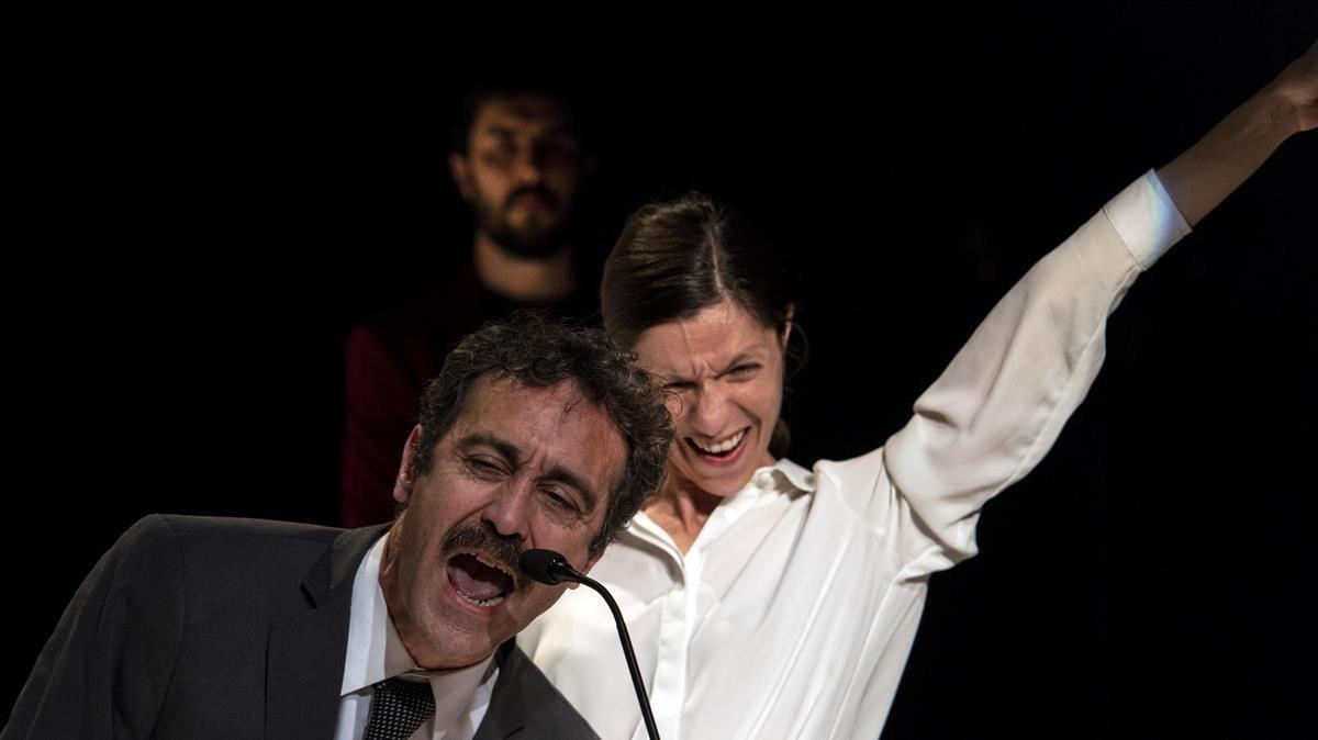 Òscar Intente (Otelo), Annabel Castan (Desdémona) y, detrás, Arnau Puig (Yago), los tres intérpretes del 'Othello', de Oriol Tarrasón.