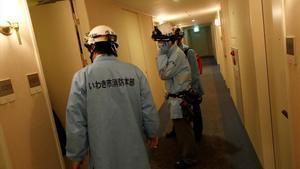 Miembros del servicio de ambulancias, en el pasillo de un hotel, tras el terremoto registrado en Iwaki, en la prefectura de Fukushima.