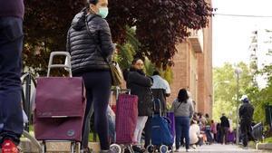Colade personas que esperan para recoger los alimentosque distribuye entre los más necesitadosla organización Madrina en Madrid, el 28 de abril.