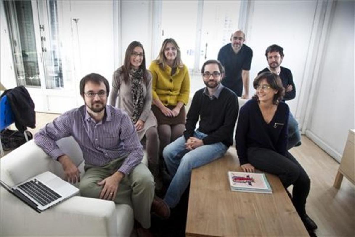 El equipo de Eleccions25n.cat en la sede de la empresa