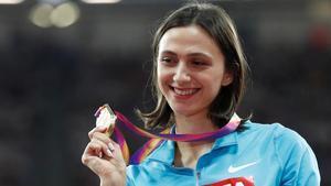 Lasitskene muestra la medalla de oro lograda en Londres en el 2017.