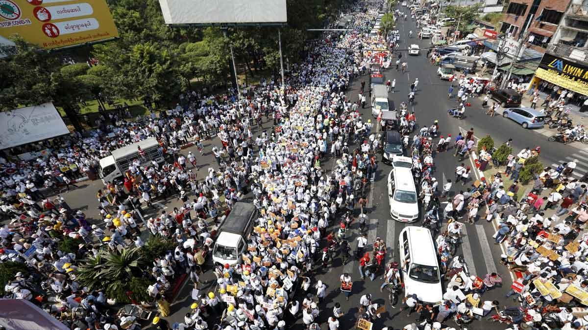 Protestas masivas por todo Birmania retan a la junta militar tras la violencia policial.