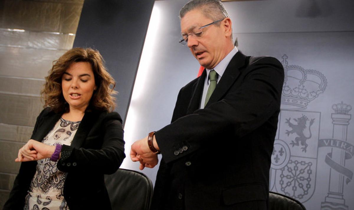 Soraya Sáenz de Santamaría y Alberto Ruiz Gallardón, tras el Consejo de Ministros.