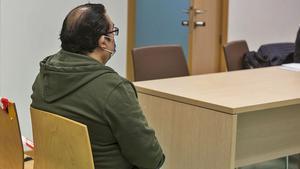 El acusado, ayer, sentando en el banquillo al inicio del juicio en la Audiencia Provincial.ALEX DOMÍNGUEZ