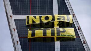 Protesta de activistas de Greenpeace Madrid en las torres KIO contra el tratado TTIP