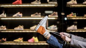 Barcelona     03 12 2020      Sociedad     Auge en el uso de las zapatillas deportivas para vestir   Una chica constata el boom de los  sneakers  probandose unos modelos  en la tienda Sivasdescalzo   Fotografia de Jordi Cotrina