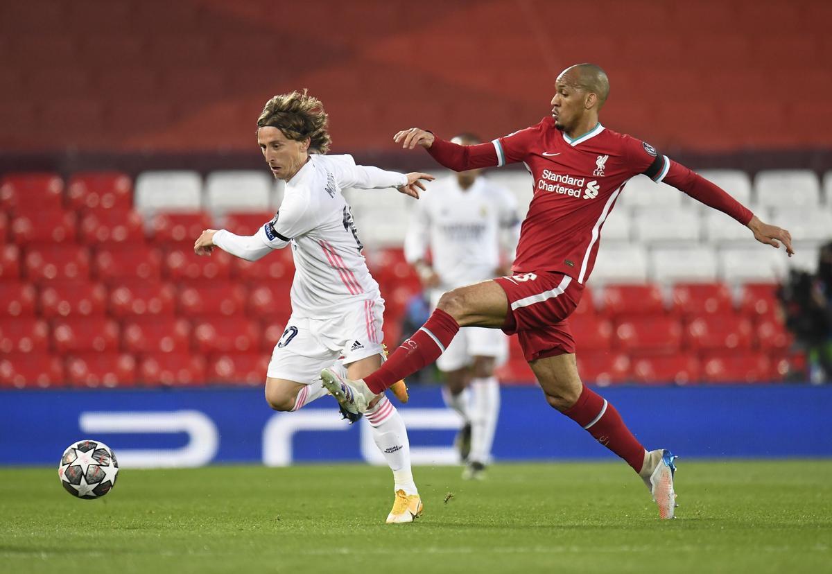 El madridista Modric (d) ejecuta un pase ante la oposición de Fabinho en el partido frente al Liverpool.