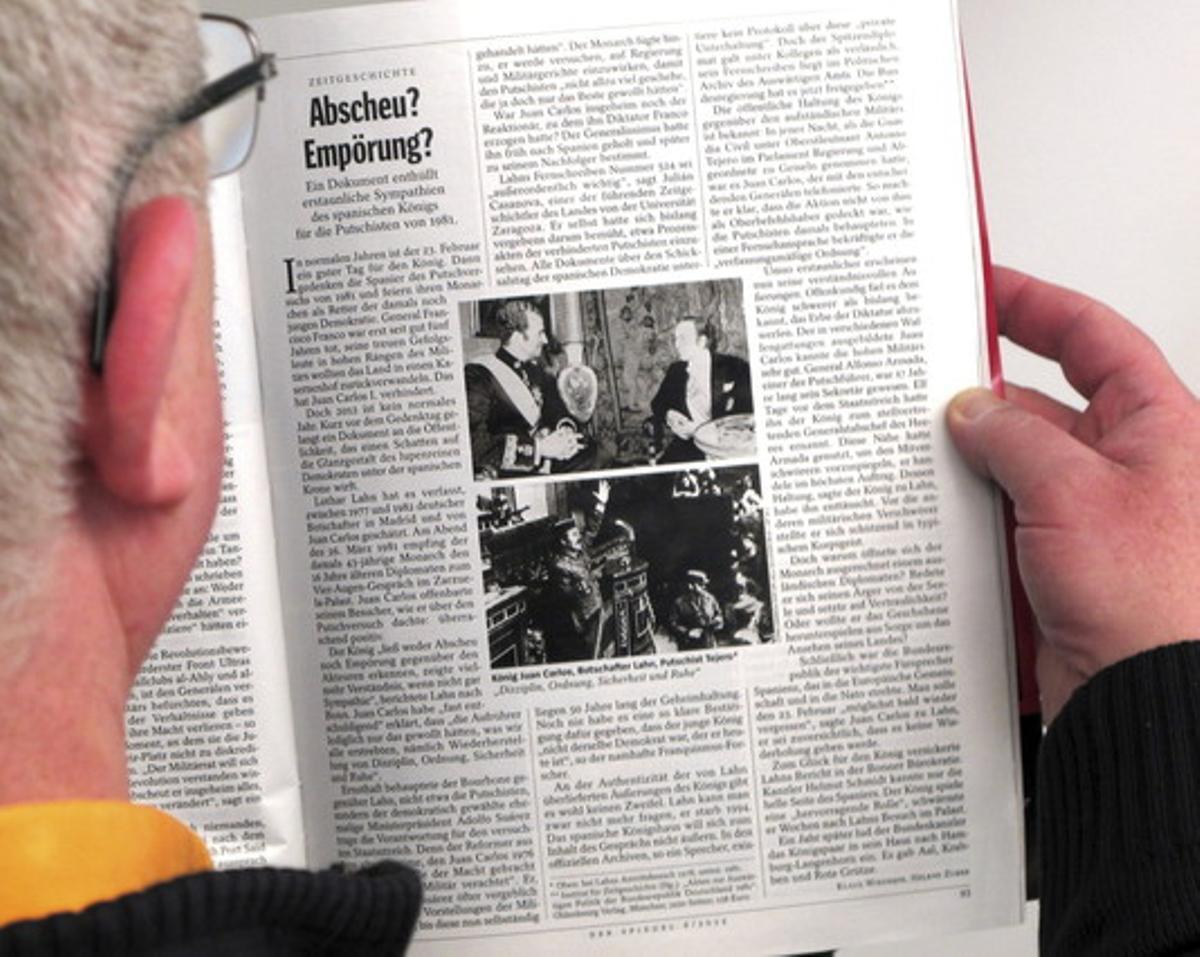 Un hombre lee la información de 'Der Spiegel' sobre elembajador alemán yel Rey y el 23-F.