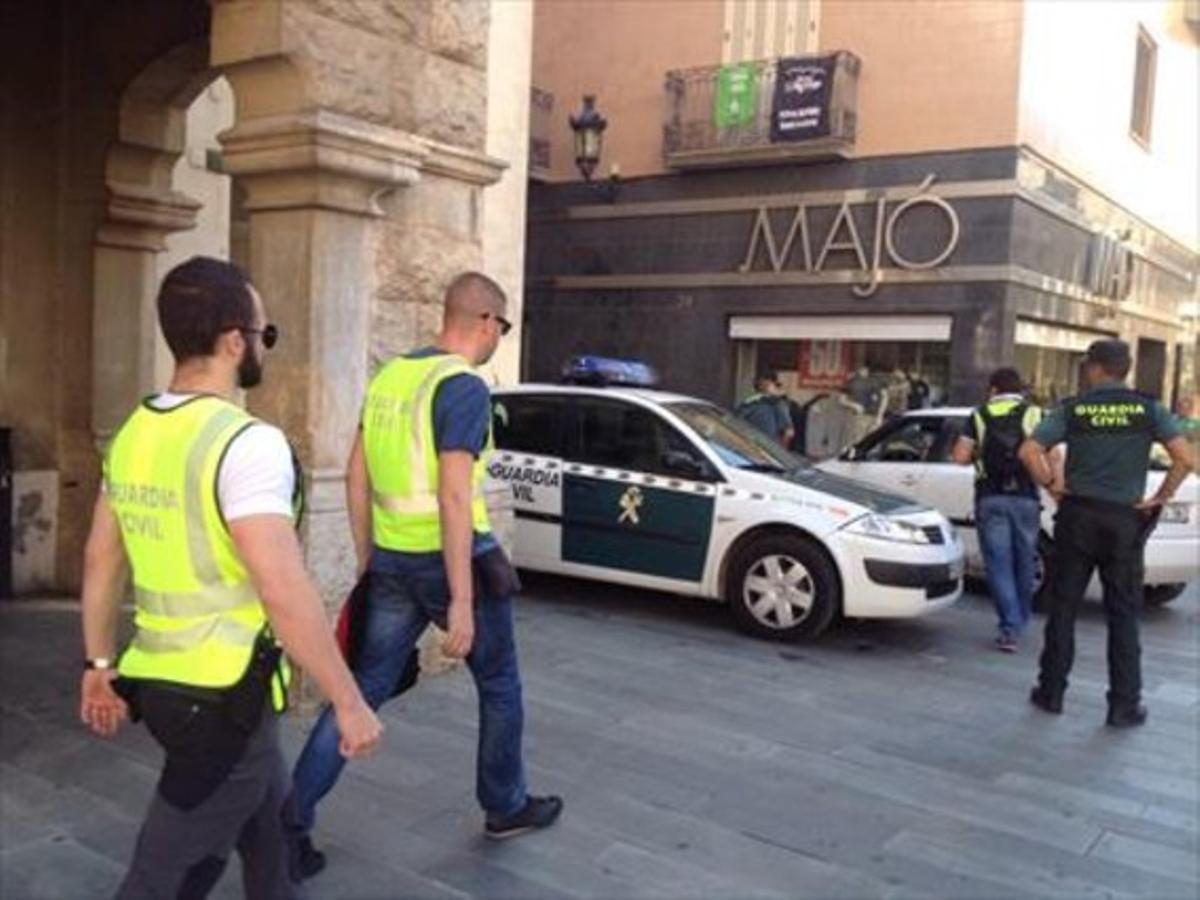 Agentes de la Guardia Civil salen de registrar el Ayuntamiento de Sant Celoni, el 28de agosto del 2015.