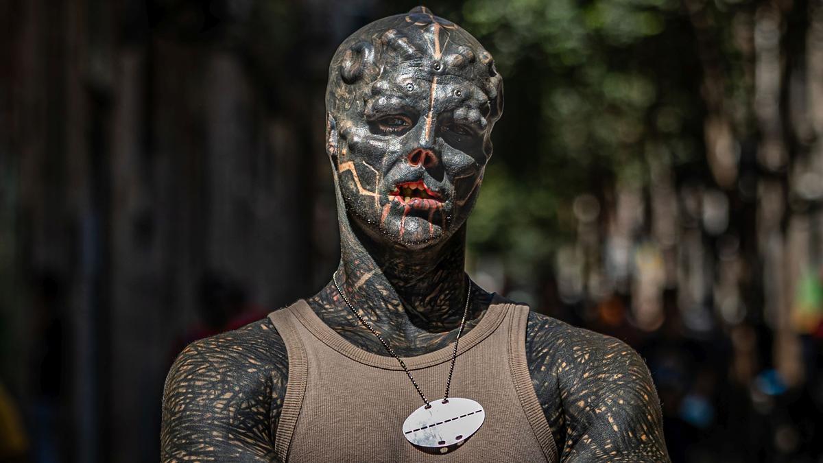 Anthony Loffredo, The Black Alien, posa en una calle del Raval de Barcelona.