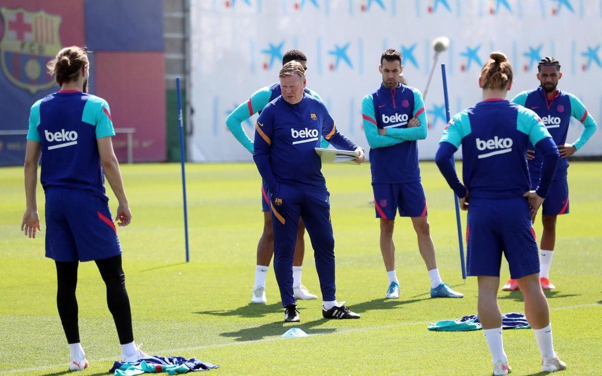 Koeman se dirige a sus jugadores en un entrenamiento en la ciudad deportiva de Sant Joan Despí.