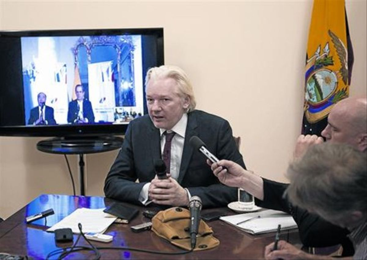 Desmejorado 8 Assange, durante la rueda de prensa ofrecida en la embajada de Ecuador, ayer.
