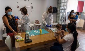 Mañana de vacunas en el centro infantil de Càritas en Cornellà