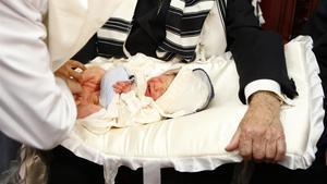 Unos rabinos circuncidan a un niño de seis días en Bruselas.