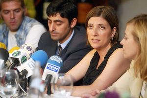 Curra Ripollés (centre), en una roda de premsa de familiars de víctimes del Iak-42.