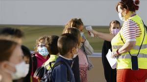 Una maestra toma la temperatura a sus alumnos en la vuelta al cole del pasado septiembre.
