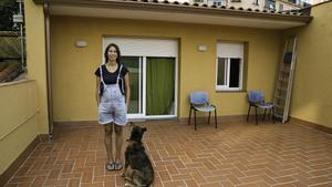 Anna Bagué, en su vivienda, todavía sin las placas solares que pagó por adelantado.