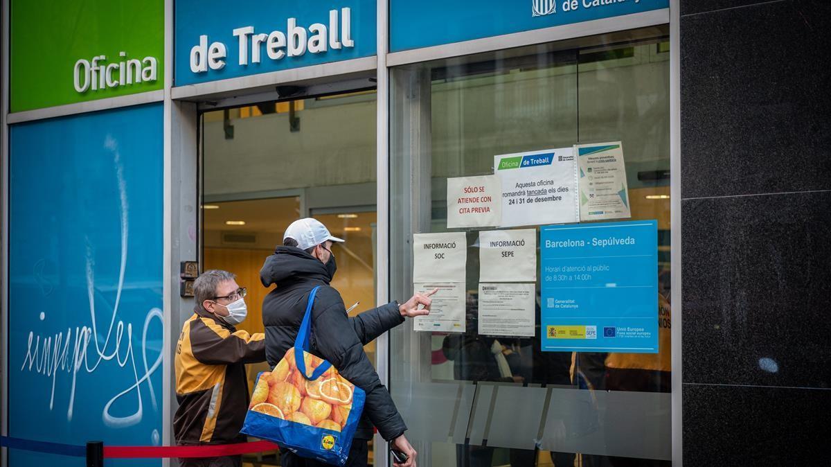 Barcelona 05 01 2021 Economia Colas oficina de treball  calle sepulveda 156  Aumento del paro AUTOR  Manu Mitru
