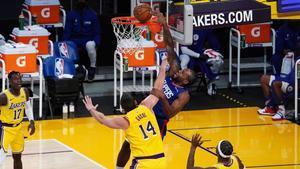 Kawhi Leonard recibe una falta de Marc Gasol en el duelo entre Lakers y Clippers.
