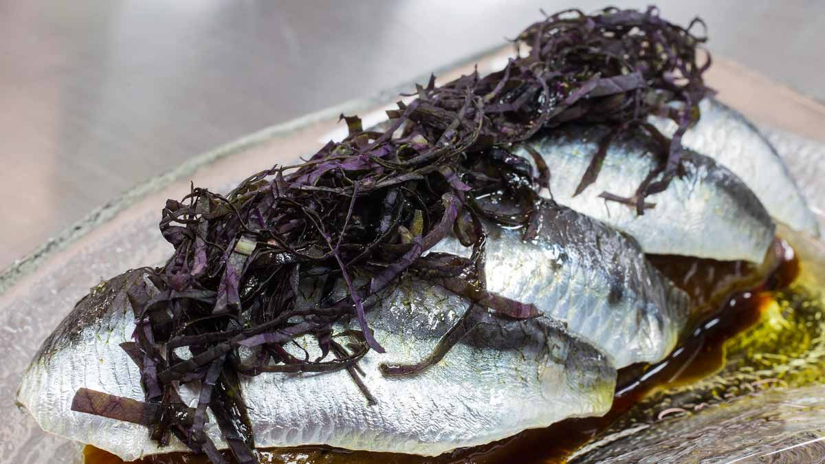 Pere Planagumà enseña cómo preparar sardinas con berenjenas.