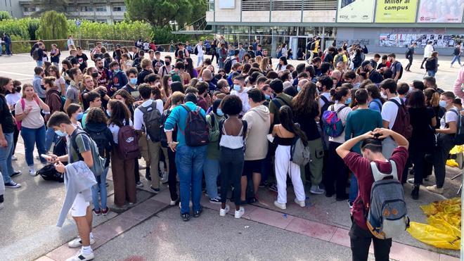 Concentración de grupos antifascistas en torno a un punto informativo de Sacabat en la plaza Cívica de la UAB.