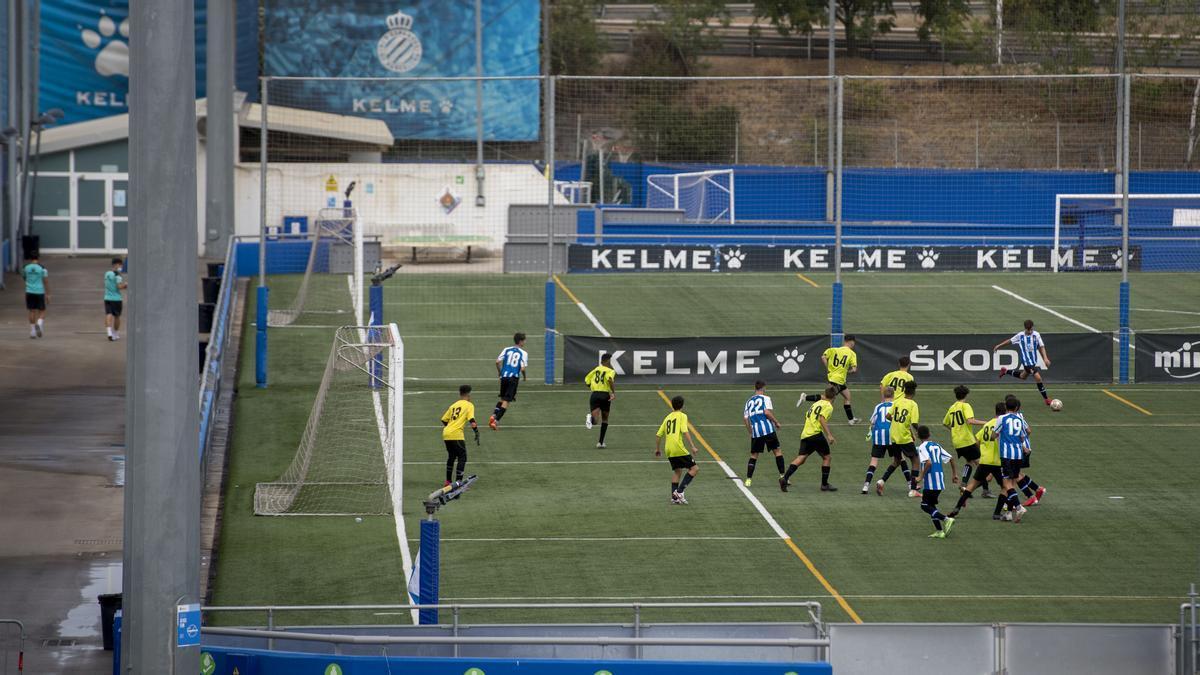 Partido de fútbol base del RCD Espanyol en la Ciutat Esportiva Dani Jarque en Sant Adrià.