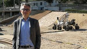 Tirso Velasco, en el exterior del laboratorio de propulsión a reacción de la NASA, en California, con un rover detrás.