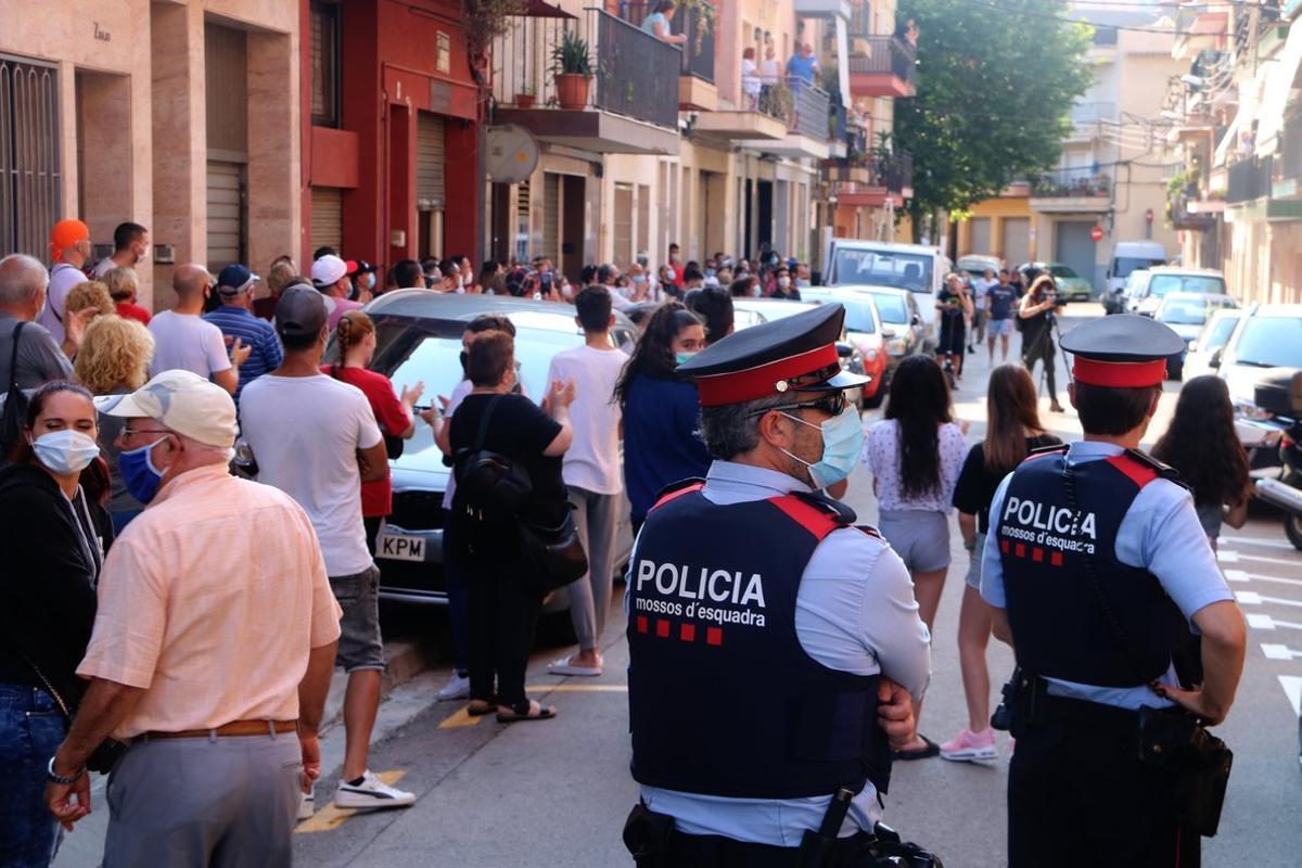 Concentración de las patrullas ciudadanas de Mataró frente a un piso ocupado.