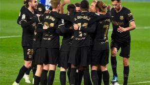 Los jugadores del Barça celebran uno de los seis goles en Anoeta.